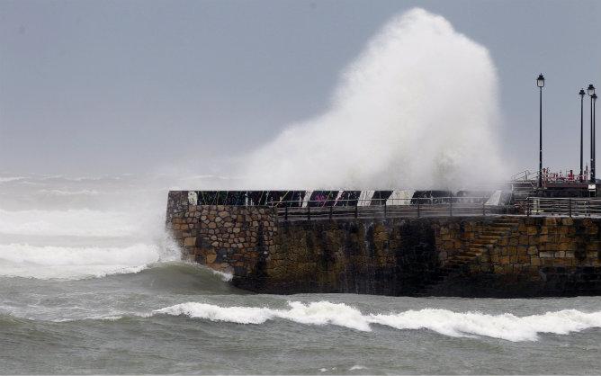 Una ola rompe en los muelles del puerto viejo de Algorta(Getxo)