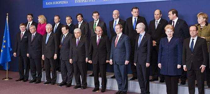 Fotografía de familia de los asistentes a la cumbre de Jefes de Estado y de Gobierno de la Unión Europea en la que se ha cerrado el presupuesto comunitario para 2014-2020