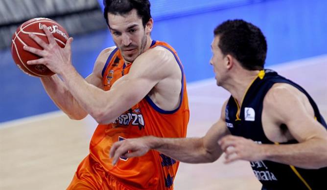 El escolta del Valencia CB Pau Ribas defiende el balón ante el escolta estadounidense del Herbalife Gran Canaria Ryan Toolson durante la segunda semifinal de la Copa del Rey de baloncesto en la que se han impuesto los levantinos.