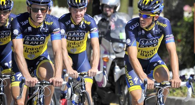 El español realiza con sus compañeros una sesión de entrenamiento antes de la Vuelta a Omán.