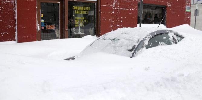 La Policía ha tenido que rescatar a varias decenas de personas de sus vehículos al quedarse atrapados por la nieve.