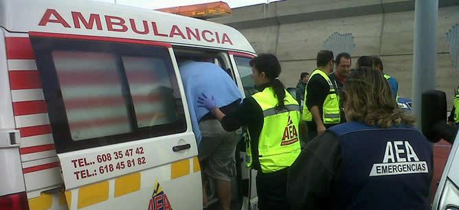 Uno de los heridos es atendido por los servicios de emergencia