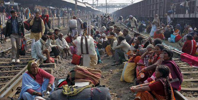 La estación de trenes en Allahabad, al norte de la India, donde se celebraba una fecha señalada de un festival hindú.