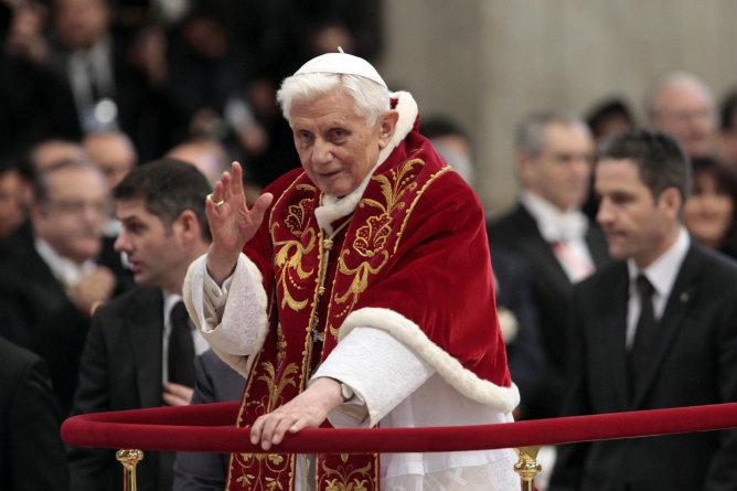 Fotografía de archivo tomada el 9 de febrero de 2013 que muestra al papa Benedicto XVI bendiciendo a los miembros de la Orden de Malta durante una misa en la Basílica de San Pedro del Vaticano. El papa Benedicto XVI ha anunciado hoy, lunes 11 de febrero de 2013 que abandonará su pontificado el próximo 28 de febrero