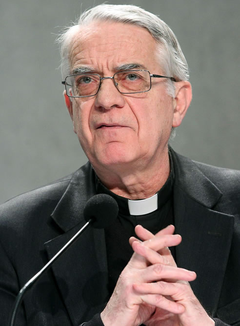 El portavoz vaticano, Federico Lombardi, da una rueda de prensa tras el anuncio de renuncia hecho por el papa Benedicto XVI