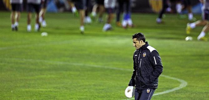 El entrenador del Valencia C.F. Ernesto Valverde, durante el entrenamiento realizado el lunes en la ciudad deportiva del club en la víspera del partido de ida de octavos de final de Liga de Campeones que les enfrenta al Paris Saint Germain en Mestalla.