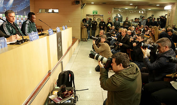 Mourinho y Essien en la sala de prensa del Bernabéu