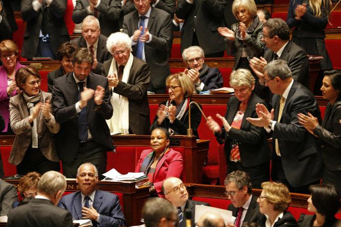 Los diputados franceses aplauden a la ministra de Justicia, Christinane Taubira, gran defensora del proyecto