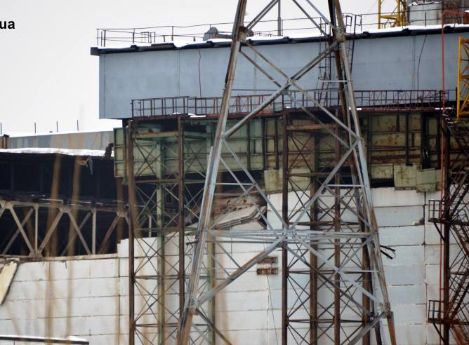 Vista general de la fachada, parcialmente dañada, de la unidad número 4 de la planta nuclear de Chernobyl