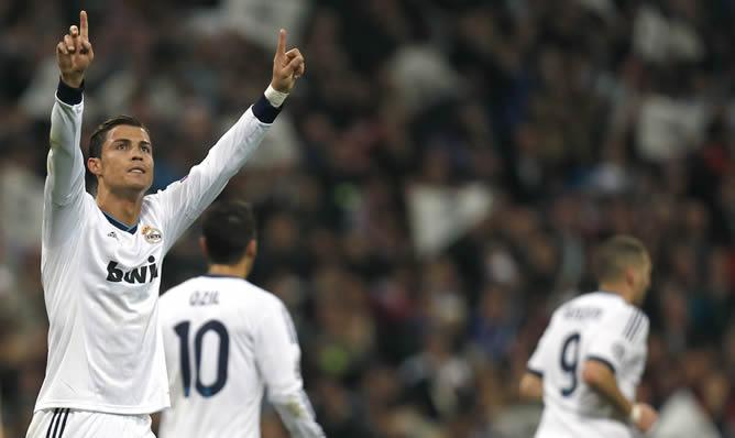 l delantero portugués del Real Madrid Cristiano Ronaldo celebra el gol marcado ante el Manchester United, el primero del equipo, durante el partido de ida de los octavos de final de Liga de Campeones que ambos equipos disputan en el estadio Santiago Bernabéu