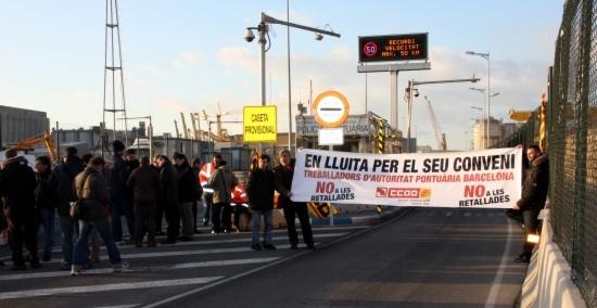 Els treballadors del Port de Barcelona bloquegen l'accés a les instal.lacions per reclamar l'entrada en vigor del conveni col.lectiu