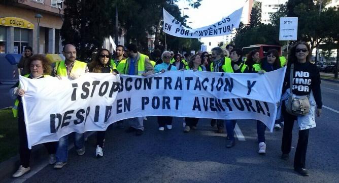 Els treballadors de Port Aventura fan una marxa a peu per protestar per l'externalització dels serveis de neteja