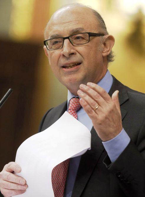 El ministro de Hacienda, Cristóbal Montoro, durante su intervención en la sesión de control al Gobierno, esta mañana en el Congreso de los Diputados