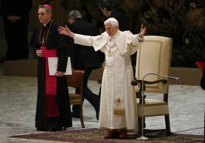 El papa Benedicto XVI saluda a sus fieles a su llegada al aula Pablo VI en el Vaticano