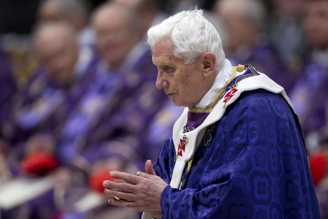 El papa Benedicto XVI oficia la misa del Miércoles de Ceniza en la basílica de San Pedro del Vaticano