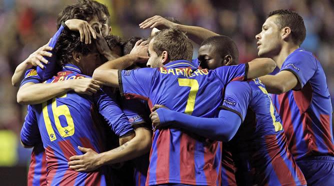 Los jugadores del Levante celebran su primer gol ante el Olympiacos, obra del centrocampista Pedro Ríos, en el partido de ida de los dieciseisavos de final de la Liga Europa que se disputa en el estadio Ciutat de Valencia