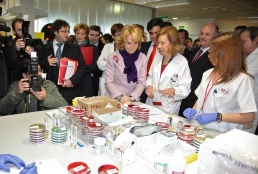 La entonces Presidena de la Comunidad de Madrid durante la inauguración del Laboratorio Central del Hospital Infanta Sofía