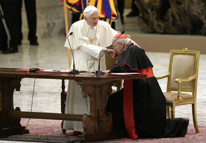 El cardenal Agostino Vallini besa la mano del papa Benedicto XVI en el encuentro con los sacerdotes de la diócesis de Roma