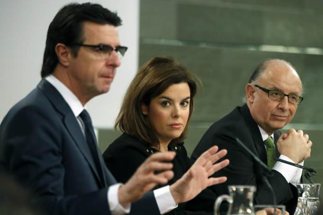 El ministro de Industria, José Manuel Soria (i), la vicepresidenta, Soraya Sáenz de Santamaría, y el ministro de Hacienda, Cristóbal Montoro (d), durante la rueda de prensa posterior a la reunión del Consejo de Ministros