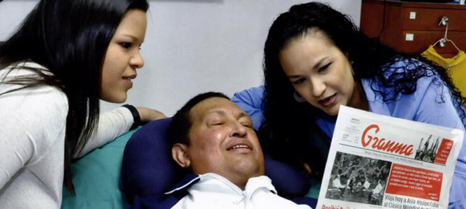 Hugo Chávez sonríe junto a sus hijas mientras sostiene el diario cubano 'Granma' de la edición de este jueves