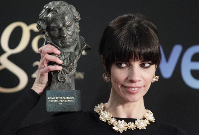 La actriz Maribel Verdú tras recibir el Goya a la mejor interpretación femenina protagonista, por su papel en Blancanieves, durante la gala de la XXVII edición de los premios Goya