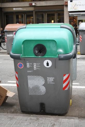 Un contenidor de recollida de vidre a Barcelona