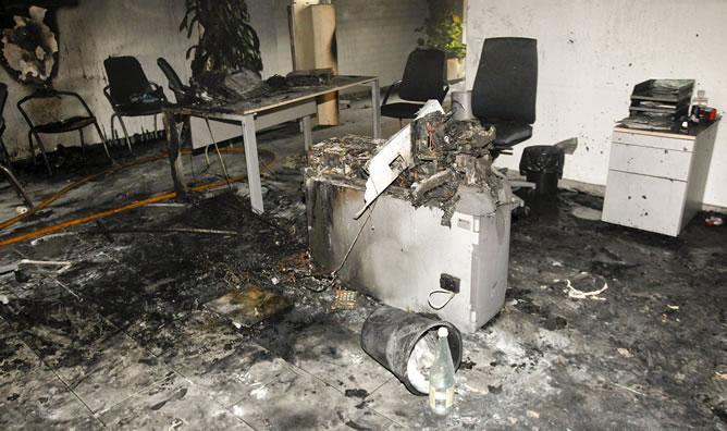 El interior de la oficina de Caja Rural en la localidad de Almassora tras el incendio.