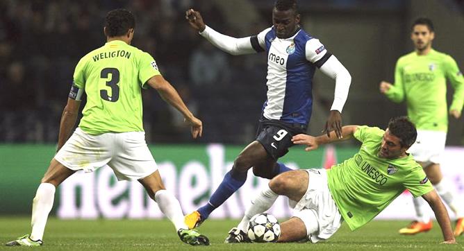 El centrocampista francés del Málaga Jeremy Toulalan le roba el balón al delantero colombiano Jackson Martinez del Oporto durante el partido de ida correspondiente a los octavos de final de la Liga de Campeones disputado en el estadio de Dragao.