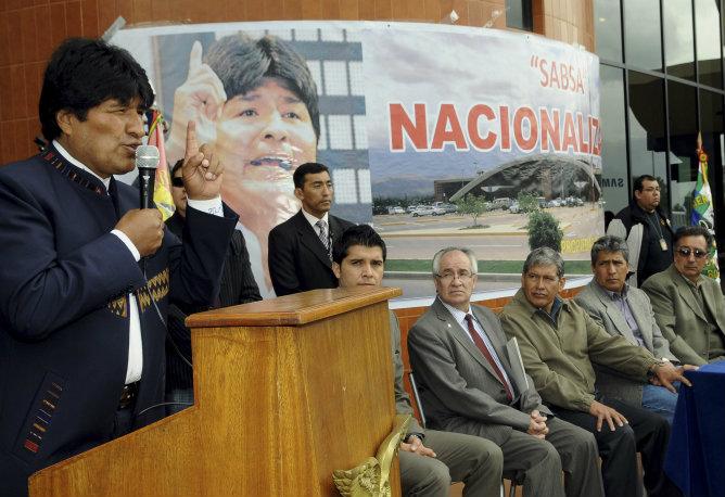 Evo Morales durante la nacionalización de Sabsa en el aeropuerto Jorge Wilstermann en Cochabamba