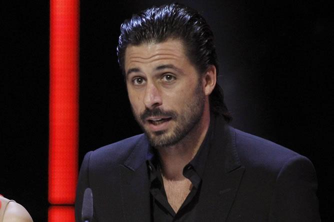 El actor Hugo Silva presenta el premio al mejor actor revelación durante la gala de la XXVII edición de los Goya