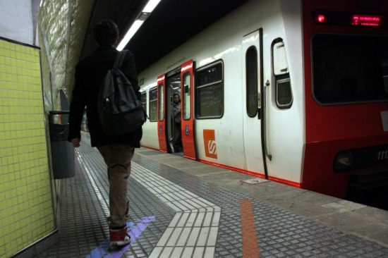 Un tren dels Ferrocarrils de la Generalitat a l'estació de la Plaça Molina