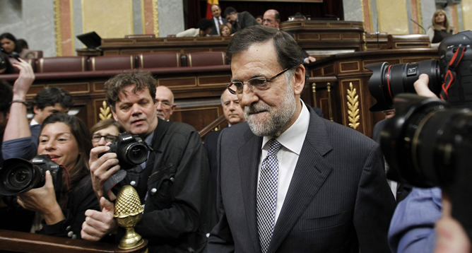 El presidente del Gobierno, Mariano Rajoy, llega al hemiciclo del Congreso de los Diputados ante gran expectación de los medios de comunicación