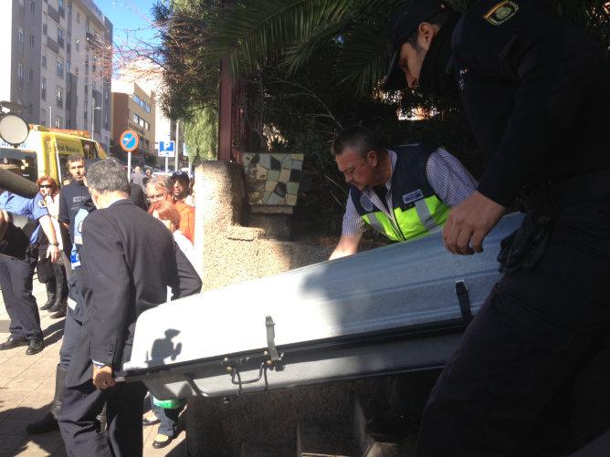Traslado del cadáver de la mujer víctima de violencia de género en Santa Cruz de Tenerife al Instituto de Medicina Legal