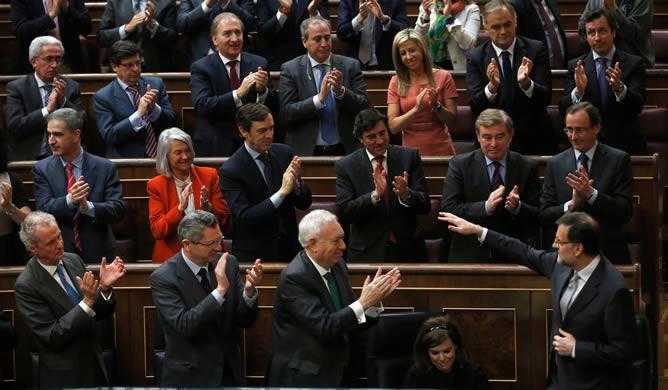 El presidente del Gobierno, Mariano Rajoy, aplaudido por los diputados populares tras su intervención en su primer debate sobre el estado de la Nación al frente del Ejecutivo