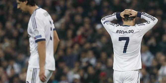 El jugador portugués del Real Madrid Cristiano Ronaldo se lamenta de una ocasión fallada durante el encuentro correspondiente a la ida de los octavos de final de la Liga de Campeones que disputó su equipo frente al Manchester United en el estadio Santiago Bernabéu.