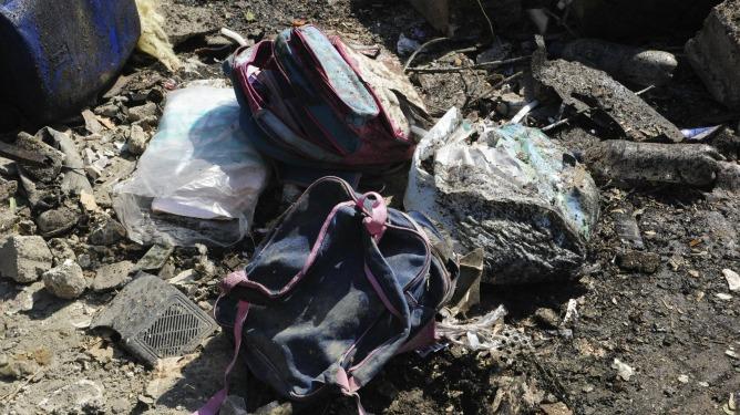 Fotografía distribuida por la agencia de noticias oficial siria SANA que muestra varias mochilas infantiles entre los escombros causados por la explosión de un coche bomba en el centro de Damasco
