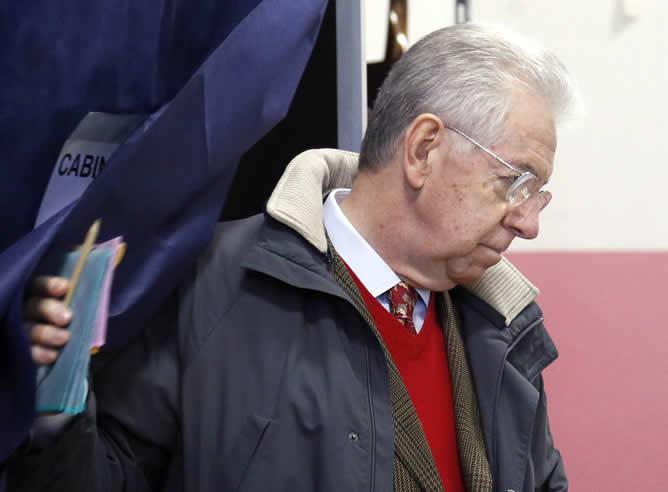 El saliente primer ministro Mario Monti ya ha depositar su voto en un colegio electoral de Milán en el primer día de las elecciones italianas.