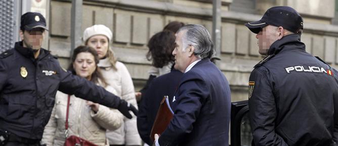 El extesorero del PP Luis Bárcenas, a su llegada a la Audiencia Nacional para prestar declaración ante el juez instructor del caso Gürtel, Pablo Ruz