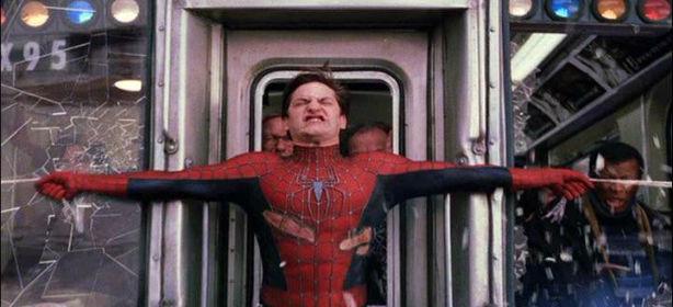 En la escena el superhéroe para un tren con su tela de araña