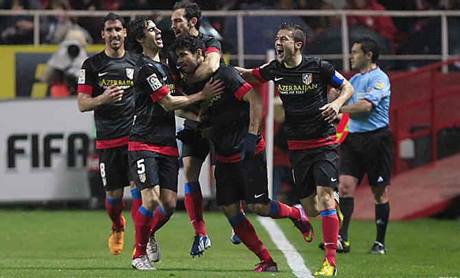 Los jugadores del Atlético de Madrid celebran el primer gol del equipo rojiblanco durante el encuentro correspondiente a la vuelta de la semifinal de la Copa del Rey, que se ha disputado frente al Sevilla en el estadio Sánchez Pizjuán.