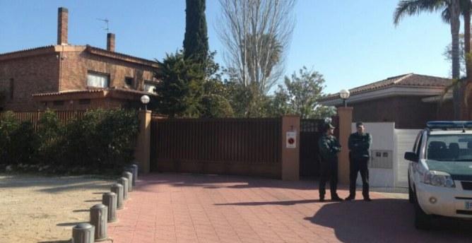 La Guàrdia Civil a les portes de la casa de l'exresponsable del holding Innova i de l'ICS, Josep Prat