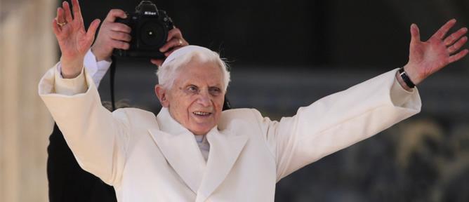 El papa Benedicto XVI saluda a los peregrinos congregados en la plaza de San Pedro, en la Ciudad del Vaticano, en el Vaticano, hoy miércoles 27 de febrero de 2013