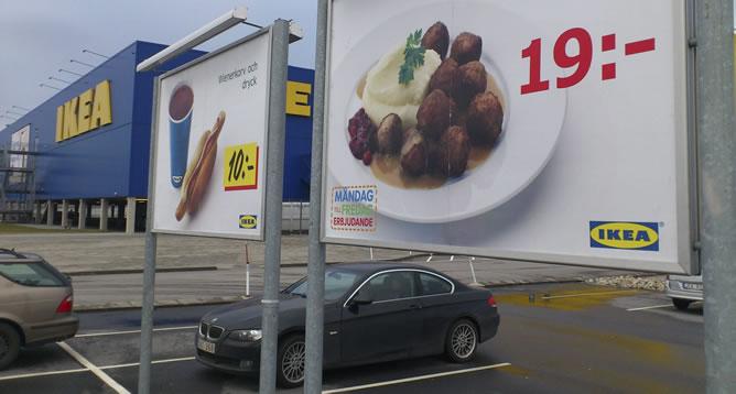 Un cartel publicita el plato de albóndigas ofrecido por la cadena sueca de muebles IKEA