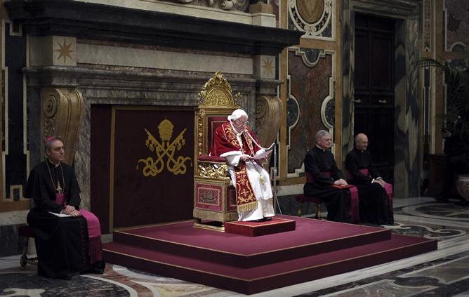 El papa Benedicto XVI, durante su último encuentro con los cardenales en el Vaticano