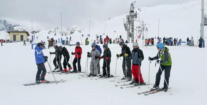 Un grupo se prepara para esquiar en Candanchú