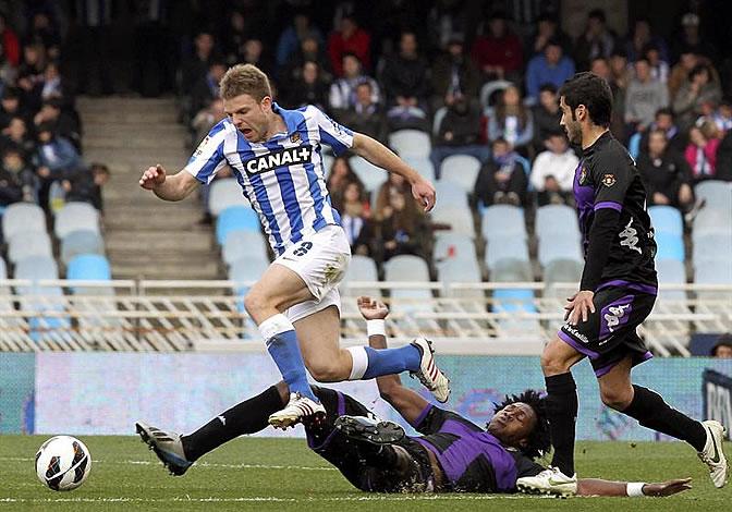 Asier Illarramendi recibe una entrada del delantero angoleño del Real Valladolid, Manucho