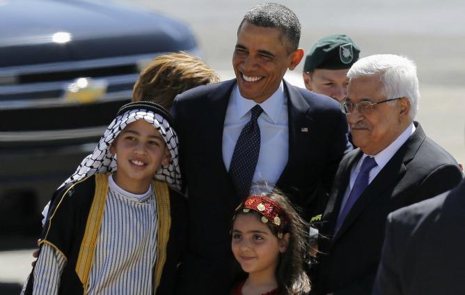 El presidente de EEUU y el presidente palestino posan durante la ceremonia de bienvenida en Ramala