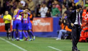 Los jugadores del Levante se arremolinan en torno a Roger para celebrar el tanto