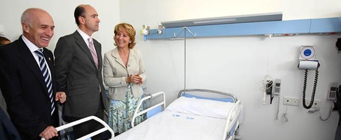 Manuel Lamela junto a Esperanza Aguirre durante la inauguración del hospital del Tajo en Aranjuez en abril de 2007.