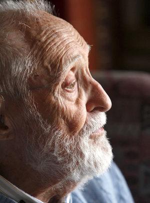 Fotografía de archivo del escritor y humanista barcelonés José Luis Sampedro, de 96 años.